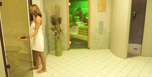 Девочка моется ванной дома скрытая камера